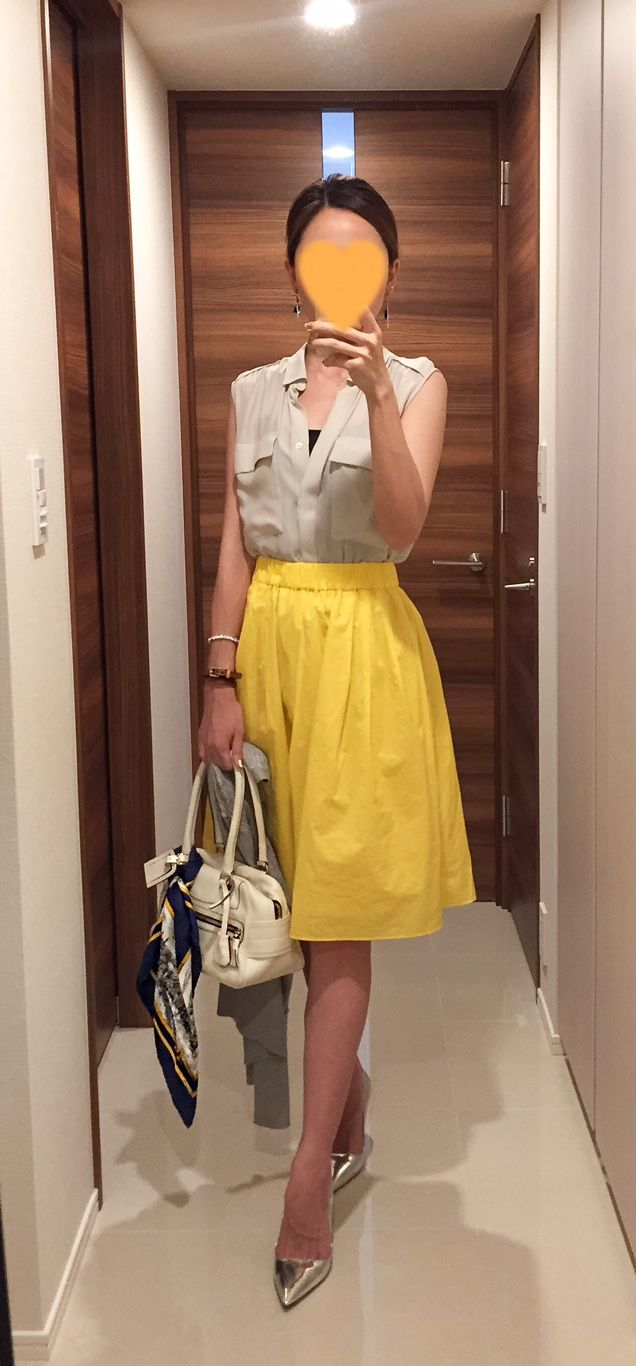 Beige shirt: Des Pres, Yellow skirt: Nolley's, White bag: J&M DAVIDSON, Silver pumps: PRADA
