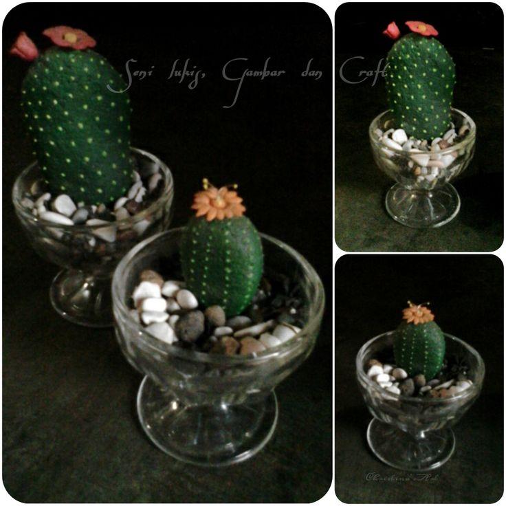Kaktus batu berbunga  Kubuat dari batu dilukis, sebagai pajangan, penghias dalam ruang maupun taman, juga cantik sebagai hadiah.   ♡   ~ Christina's Art ~
