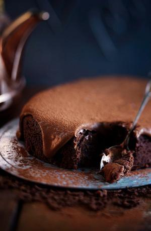 """Katja Bäcksbacka: """"Tuhti ja tahmea suklaakakku, jossa on paksu maitosuklaakuorrutus. Voiko parempaa olla?"""