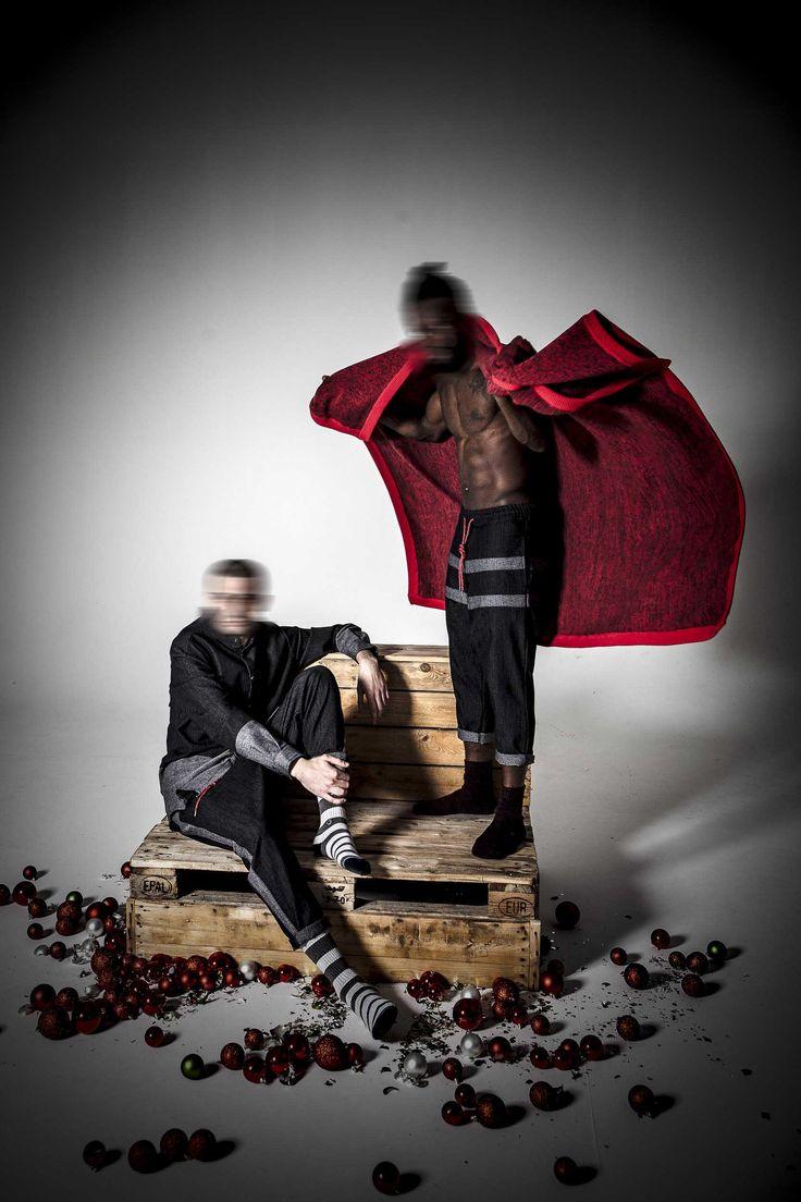 Uno ha una coperta che indossa a mantello E un cordone rosso fiore all'occhiello.