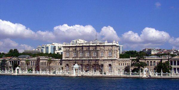 Palácio Dolmabahce ( Istambul, Turquia) Entre 1853 e 1922, o Palácio Dolmabahce serviu como principal centro administrativo do Império Otomano em Istambul. Situado no lado europeu do Bósforo, foi construído por ordem do sultão Abdülmecid I (entre 1842 e 1853)