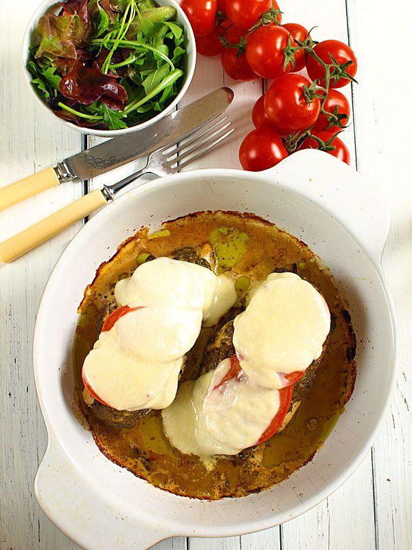 Pieczone piersi kurczaka z pesto, pomidorami i mozarellą