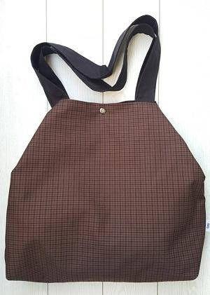 Bolso modelo Brown en tela de algodón. Asas de tela. Forro y bolsillo interior. Cierre doble click.