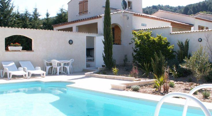 In de prachtige streek 'Languedoc', aan de rand van het dorpje Oupia, tegen de heuvel, ligt deze gezellige vakantiewoning compleet met privé zwembad met inlooptrap. Het uitzicht over de wijnvelden richting de Pyreneeën is werkelijk schitterend. Voor de kinderen is er een speelveld!