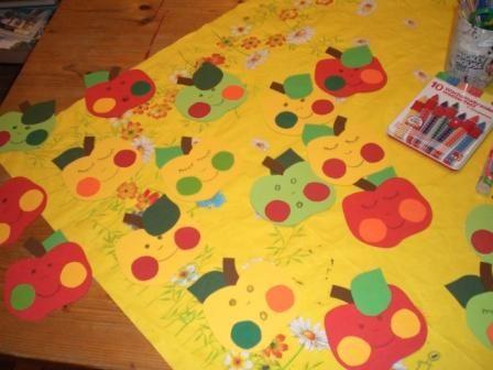 Nagyon aranyosak ezek a mosolygó almák . Kíváló díszítőelemként szolgálnak ősszel a gyerekszobába, de egy születésnapi zsúr hangulatát is feldobhatják.     Hozzávalók: többféle színes papír ceruza olló ragasztó színes ceruza vagy zsírkréta Először rajzoljunk egy almát vagy keressünk egy sablont, vágjuk...