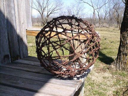 Cette boule de fil de fer barbelé vintage est d'environ 12 pouces de diamètre et pèse environ 3 kg. Fait de ce que je crois est Baker Barb plat qui a été breveté en 1883... ce fil est probablement plus de 100 ans. Ce sera sûrement une pièce intéressante de «conversation» assis près de votre cheminée, ou sur un banc ou tout simplement pendu à un arbre. Ne pas de jouer avec! Il est vrai fil de fer barbelé et des dégâts considérables déclinées à moi pendant que je faisais it‼ L'image du bas…