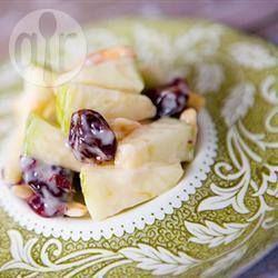 """Receta de ensalada de manzanas agrias picadas con cerezas secas y arándanos, """"aderezadas"""" con yogurt de vainilla. Fácil, rica y saludable."""