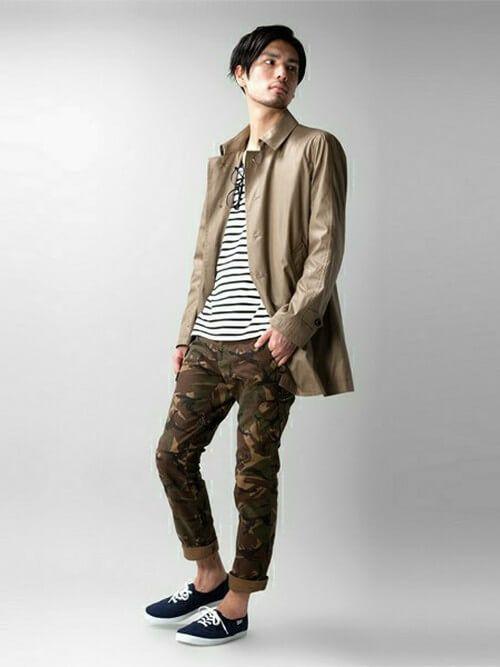 ベージュのコートと短めの丈で春らしい迷彩柄パンツコーデ