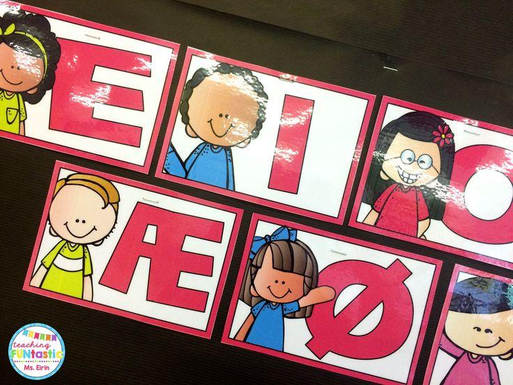 """PY 3 - Uke 34; Vi gjennomgår vokaler og konsonanter. Elevene arbeider på stasjon med forskjellige aktiviteter, og de fleste har mestret """"vokalmerket"""" som de vil få til sin mestrings-nøkkelring!"""