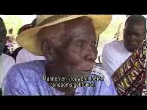 """Demonstratie vrouwencondoom in Burkina Faso. Het vrouwencondoom mag dan in het westen niet aanslaan, in Afrika is het wel een succes. """"Er is aantoonbaar vraag naar het vrouwencondoom. De vraag overstijgt op dit moment zelfs de beschikbaarheid."""" Het zijn vooral jonge vrouwen die zelf om het vrouwencondoom vragen. The Hunger Project zet het middel actief in tegen hiv/aids."""
