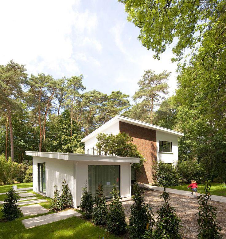 """Une charmante maison de 1958, nichée entre les conifères, s'est vue dotée d'un nouvel intérieur, contemporain mais ponctué de références bien nettes à l'architecture d'origine et à l'atmosphère des années 50. La rénovation a été pratiquée """"de manière chirurgicale"""" par le bureau d'architecture Asterisk."""