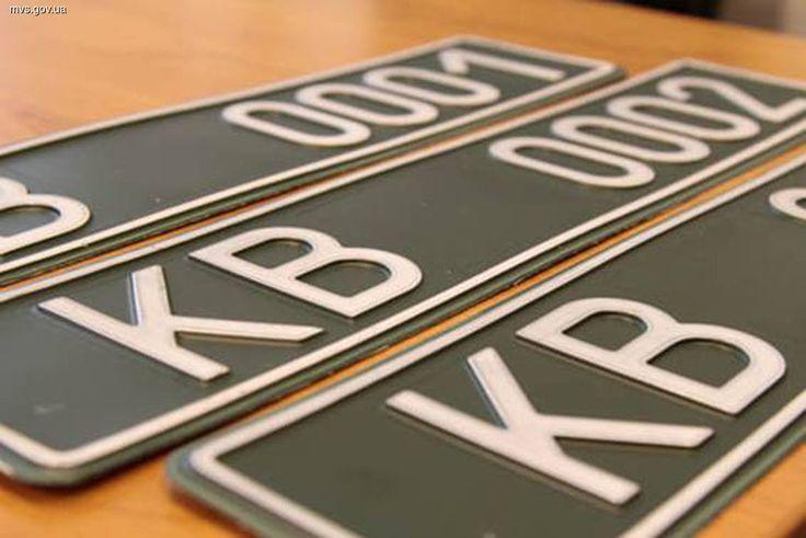 Все нерастаможенные транспортные средства, задействованные для АТО, будут ставить на временный учет в ГАИ с выдачей новых номеров – с зеленым фоном.
