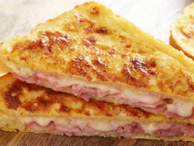 Η πίτσα είναι το αγαπημένο σνακ των παιδιών. Αυτή η εύκολη συνταγή για πίτσα είναι πεντανόστιμη, γρήγορη και σίγουρα θα τα ξετρελάνει! Υλικά 8 φέτες ψωμί του τοστ (χωρίς κόρα) 5 φέτες ζαμπόν 4 φέτες μπέικον 2 φλιτζάνια τριμμένα μαλακά