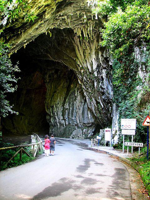 En el concejo de Ribadesella, en la comunidad autónoma del Principado de Asturias, se encuentra el pueblo de Cuevas del Agua, un sitio al que sólo se puede entrar a través de un camino que atraviesa una vistosa cueva junto a un arroyo. España.