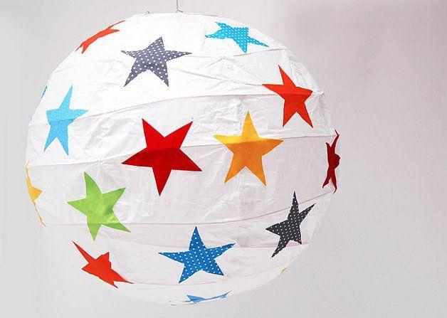 Zauberhafte Papierballonlampe mit bunten Stoffsternen für das Kinderzimmer.  Die Stoffmotive werden alle liebevoll von der Hand ausgeschnitten und einzeln auf den Ballon geklebt. Am Tag ist die...