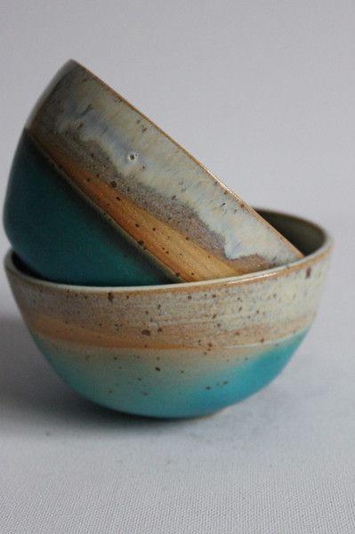 Set aus Schale und Teeschale, handgearbeitet, auf der Drehscheibe gedreht Innen habe ich eine perlmutt farbene Glasur verwendet und die Schale dann in eine blaue Glasur getaucht. Es ist ein...