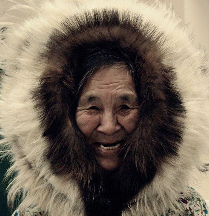 Le basse temperature tendono a irrigidire la pelle di stivali e indumenti rischiando di renderli inutilizzabili. Alla #donna quindi spetta il compito di lavorare le pelli costantemente affinchè non perdano la morbidezza. #inuit #nuiiteyewear