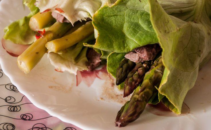 Involtini di lattuga con manzo e asparagi