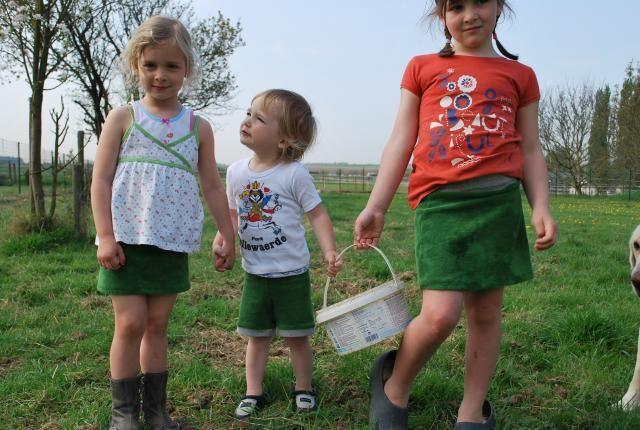 (kijk ook eens naar het aangepast schoeisel)  3 broekjes en 4 rokjes voor 3 kindjes uit 3 keer 50cm spons, van hele snelle makelij… Stof knippen zonder patroon, de tailleband is van boo…