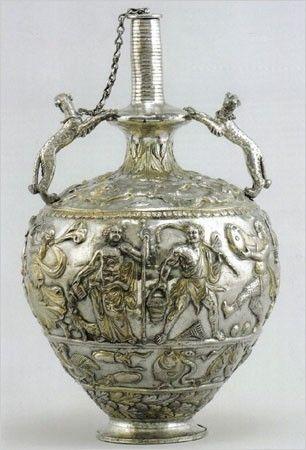 une pièce du Trésor de Sevso.  a  Une amphore en argent, fin IVème début Vème s.