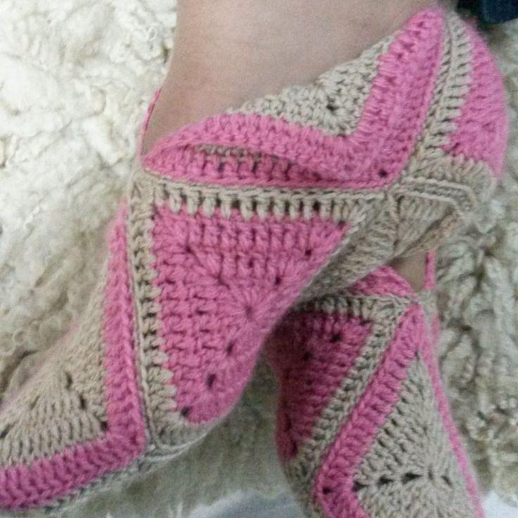Finished Crochet slippers - Pantufas de crochê. Pattern in portuguese found on / Gráfico em português encontrado em: http://caixinhasdeart.blogspot.com.br/2012/07/pantufas-de-croche.html