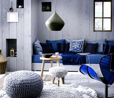 Salon gris et bleu pour une déco hyper cocooning. Peinture murale gris perle Canapé et couleur et coussins nuances de bleu