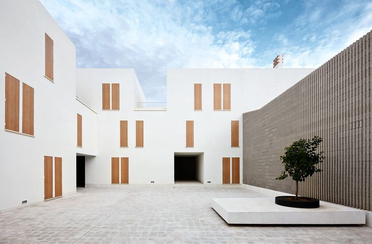 Architects Pep Ripoll and Juan Miguel Tizón create a social housing complex that allows a flexible design process: each house is considered simultaneously as a unit and in relation to the whole group.
