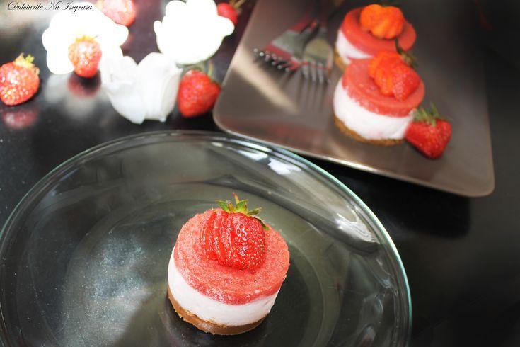 Mini Cheesecake Fara Coacere cu Capsuni si Iaurt (fara zahar, continut scazut de grasimi, 100% sanatos)