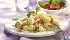 Hast du nur 10 min. Zeit zum Kochen? Kein Problem. Einfach etwas cremige Sahne, saftige Cocktailtomaten und MAGGI La Pasta Quattro Formaggi kochen. Basilikum darüber streuen und genießen.