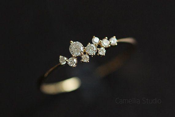 We ha now anelli oro bianco https://www.etsy.com/listing/499492287/14k-white-gold-slender-delicate-tactic   Molto bella bel mazzo di fiori in generale e anche come le stelle, punteggiate con le dita, penso che ogni ragazza dovrebbe avere un anello come questo:)  ❤ per favore attentamente indossando per gem cade ❤  【 】 materiale: 14k oro intarsiato ceco zircone (14 parole k marcatura anello interno) 【 】 Dimensioni: la larghezza della superficie degli anelli è di circa 5mm, nella pa...