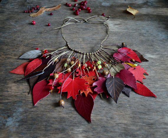 Artículos similares a collar colgantes de hecho para la piel. Joyas de cuero. collar cuero rojo, rojo naranja en Etsy