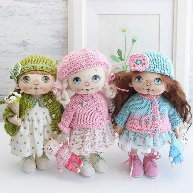 Вот такие три совершенно разные девочки. Меня очень часто просят сделать повтор работы, обычно я отказываю, но если берусь за заказ, то всегда предупреждаю, что точной копии не получится. И вот пример, вроде бы и повтор, но девчонки все равно другие получились. Малышка в зеленом свободна . #куклысахаровойнатальи