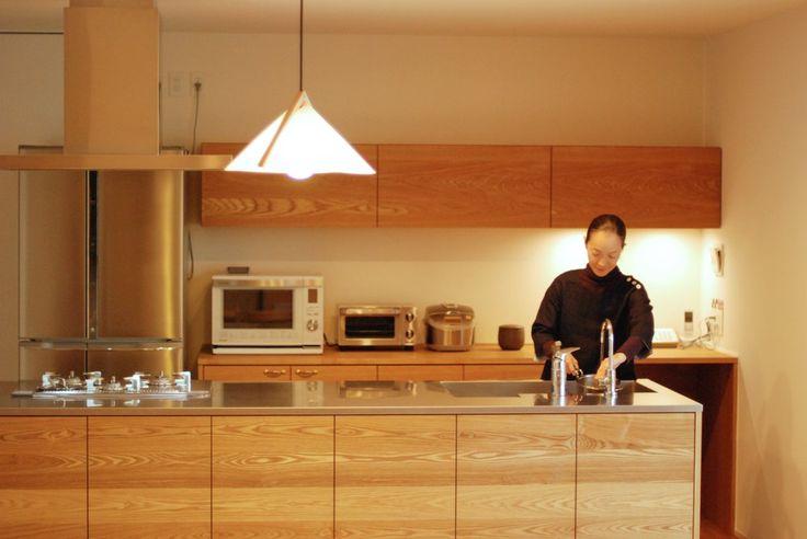 タモとステンレスのセパレートキッチン