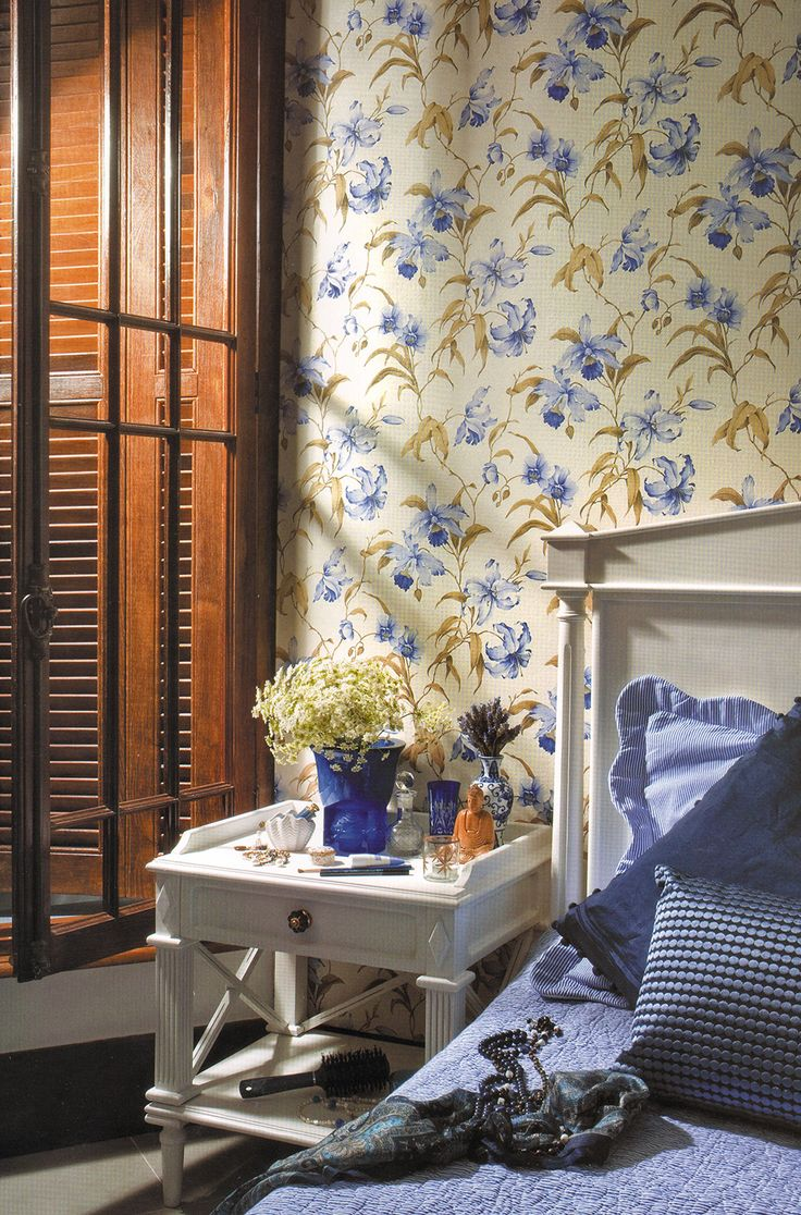 Azul = Tranquilidade, bondade e desapego O azul é, segundo alguns estudiosos, a cor preferida de mais da metade da população ocidental. É a cor do céu, e por isso, remete ao infinito e aos sonhos. Por isso, traz tranquilidade, sofisticação e conforto à decoração.  Pode ser utilizada em diversas estampas, como papel de parede floral, ou com variação de tons claros e escuros, assim como com cores neutras como o branco e o preto, e também com cores quentes, como nos detalhes em tons de amarelo.
