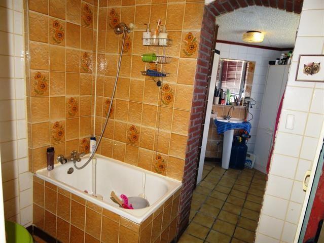 À vendre - Maison 4 chambre(s) à coucher  - surface habitable: 135 m2  - Situé dans un quartier calme à proche de toutes commodités cet immeuble mitoyen est destiné à une grande famille ou pour investissement. Il se compose  - année de construction: 1910-01-01 00:00:00.0 1 bain(s) -  1 douche(s) -  2 façade(s) -  2 toilet(tes) -  - surface cave: 20 m2 - surface cuisine: 12 m2 - surface living: 13 m2 - surface terrasse: 12 m2