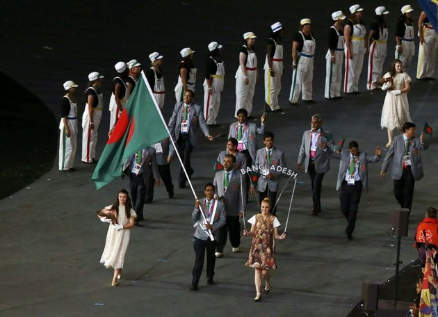 Bangladesh's flag bearer Rahman Md Mahfizur holds the national flag as he leads the contingent in the athletes parade during the opening ceremony of the London 2012 Olympic Games at the Olympic Stadium July 27, 2012.