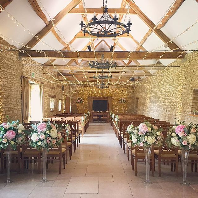 The prettiest of ceremonies for Saturdays Caswell couple, with the help of @oakwoodevents & @fabulousflowersoxford #caswellhouse #wedding #aisle #ceremony #cotswolds #weddingvenue