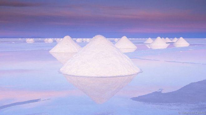 Salar de Uyuni, Bolivia. Địa điểm rộng 10.582 cây số vuông này là ruộng muối lớn nhất thế giới. Những đụn muối nằm chằng chịt như mạng nhện rải rác khắp nơi. Trong mùa mưa, sa mạc muối bị nước tràn từ các hồ kế bên gây ngập và trở thành một tấm gương khổng lồ phản chiếu lên bầu trời. Khu vực này là một nguồn lithium to lớn.