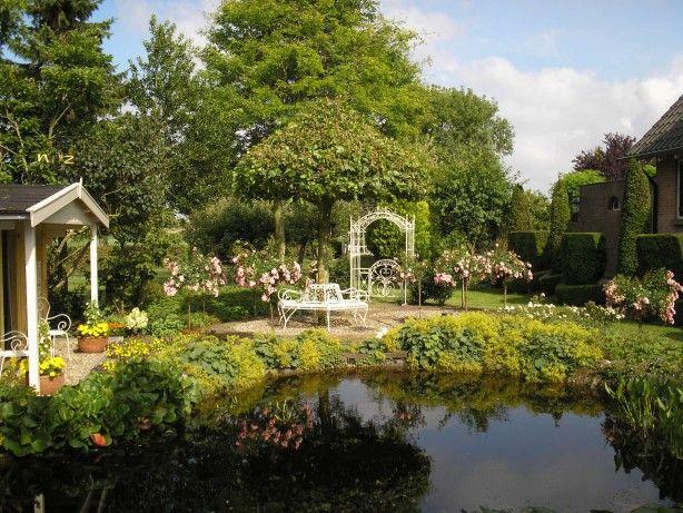 Werkelijk prachtige set deze brocante smeedijzeren roomwitte tuinpoort en boombank om een - Tuin grind decoratief ...