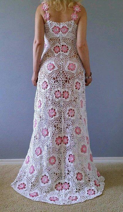 Tutto in bianco con un coprispalle adeguato potrebbe essere un bell'abito da sposa