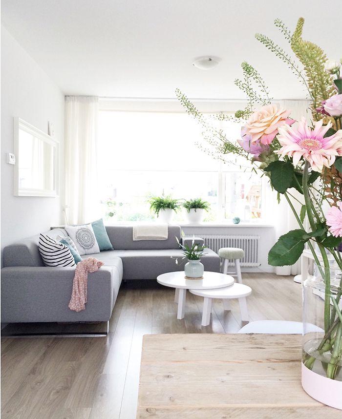 Heerlijke herfst, gezelligheid en warmte in huis. Dat kan door middel van kleurgebruik maar zelfs met lichte kleuren en wit in combinatie met hout heeft Manon een warme sfeer weten te creeren.