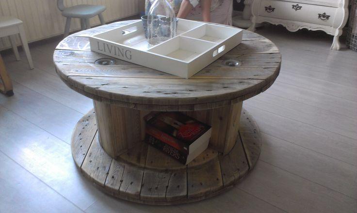 zelfgemaakte salontafel, met ruimte voor boeken