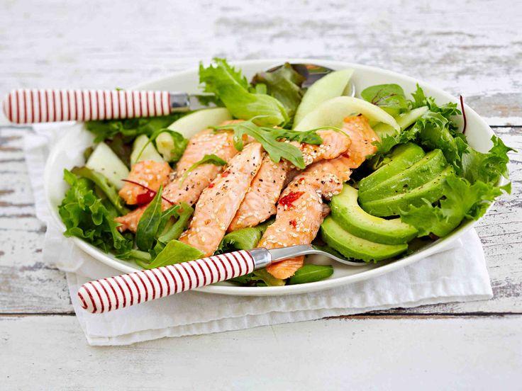 Mausta lohifilee inkiväärillä ja makealla chilikastikkeella. Tarjoa salaatin, avokadon ja muiden hedelmien kanssa, pirskota päälle limetin mehua. Katso raikkaan ja hedelmäisen salaatin ohje – tällä saat vaihtelua lohiruokiin.