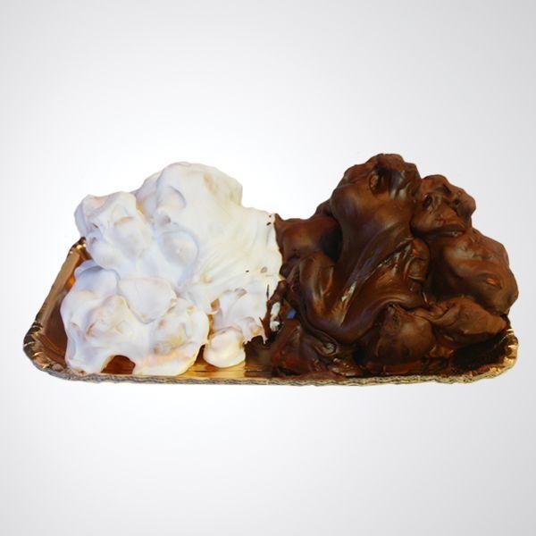 La pignolata, conosciuta anche come pignolata glassata, è un dolce tipico della città di Messina. È un dolce tradizionalmente tipico del periodo di carneva