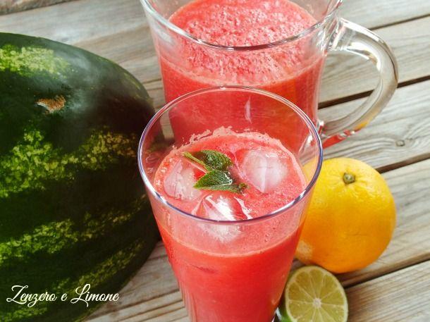 Questa bibita all'anguria è un autentico concentrato di vitamine senza zuccheri aggiunti. Fresca e dissetante è perfetta anche come aperitivo analcolico.