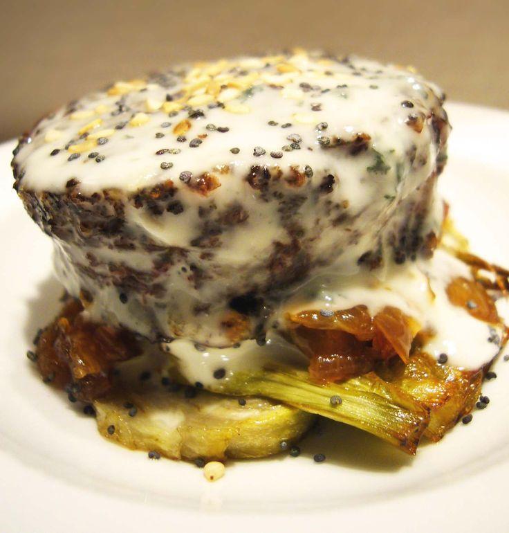 Morcilla bañada en queso azul sobre cebolla caramelizada y alcachofa crujiente