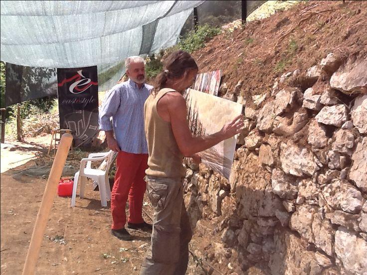Nicola Perucca e Simone Lucchesi allestiscono la mostra nel giardino Castéstyle a Castë