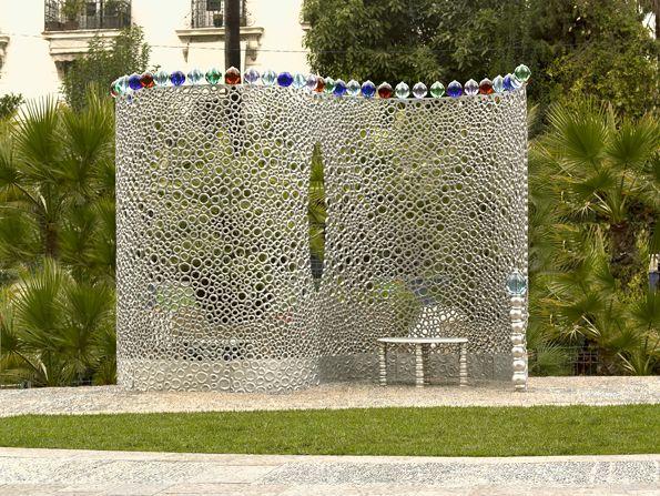 """Jean-Michel Othoniel """"Le confident"""" 2007 Nice (station Valrose-Université tramway) a commande artistique dans l'espace public - mobilier urbain en anneaux d'aluminium et perles de verre."""