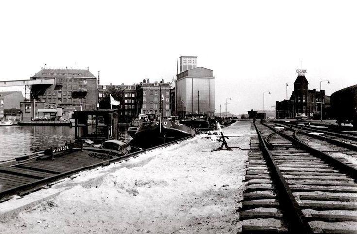 Amsterdam, Westerdoksdijk Links het Westerdok. Op de achtergrond rechts het Stenenhoofd.