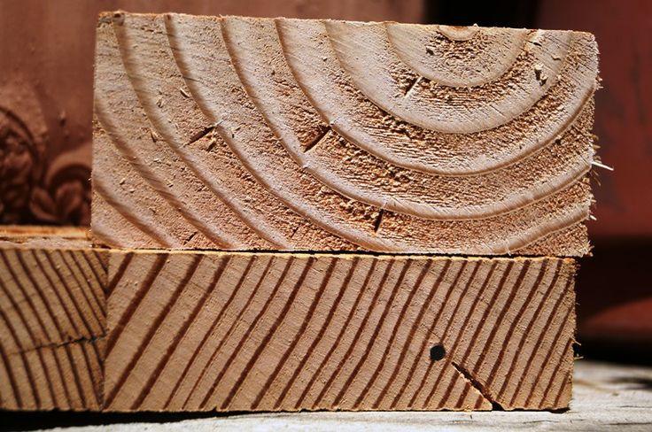 Escritorio de pino oregón americano - Mucha de la madera de los edificios fue usada con otros fines, entre ellos, construír muebles. Este que estoy desarmando tiene huellas de haber tenido clavos que se oxidaron y dejaron su huella. El trozo de arriba es pino oregón nacional, madera muy blanda y que tiende a torcerse y a rajarse. El de abajo es el oregón americano, mucho más denso, más pesado, y más estable.